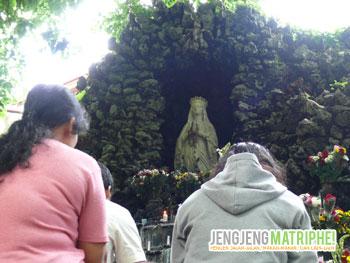 Berdoa di depan Goa Maria