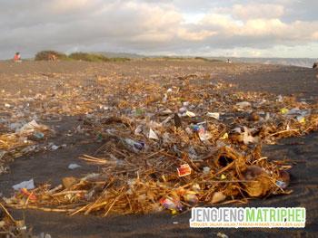 Sampah berserakan di Pantai Pandansari