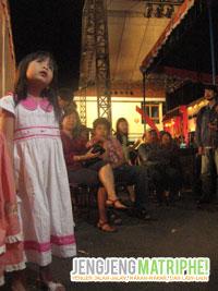 Ekspresi seorang anak yang menyaksikan wayang