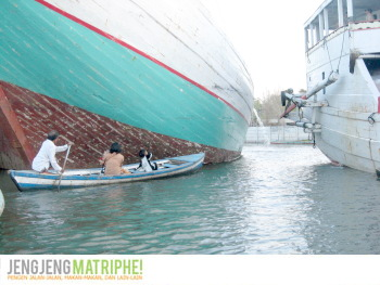 Perahu mungil di antara kapal