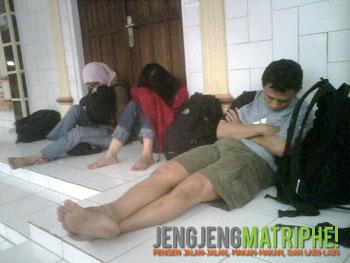 Melepas lelah di masjid di Surade