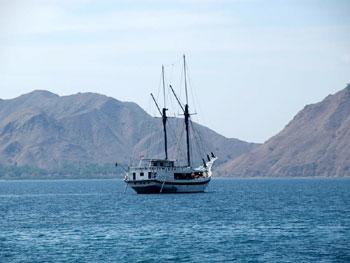 Kapal pesiar menuju Pulau Komodo