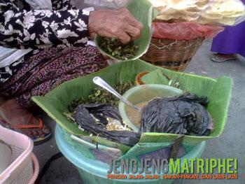 Racikan pecel semanggi