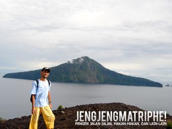 Gunung Rakata di latar belakang merupakan salah satu sisa letusan Gunung Krakatau Besar