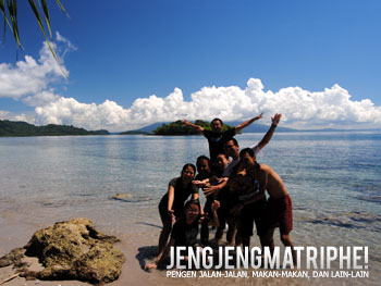 Bermain di pantai Pulau Sebesi
