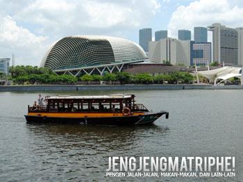 Bamboat Singapore River Cruise yang melintas di depan gedung Esplanade Theater