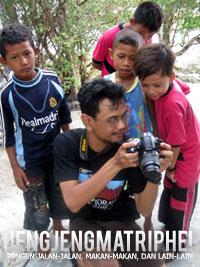Anak-anak antusias melihat foto