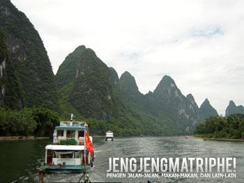 Kapal-kapal wisata bergerak menyusuri Sungai Li