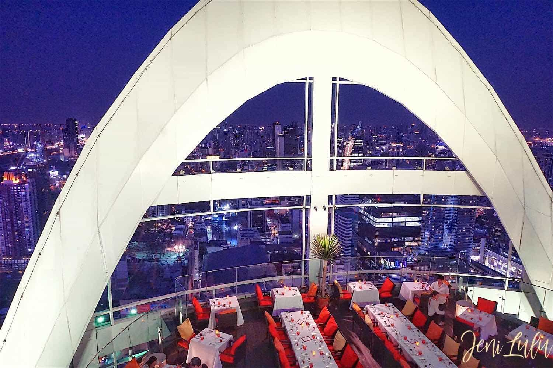 【曼谷】Red Sky Bar 高空酒吧,但因為這兩間的遊客總是很多,其實有第2個原因就是為了在10月1日才開幕的「RED SKY」,高樓好視野輕鬆喝酒看夜景 – JENILULU