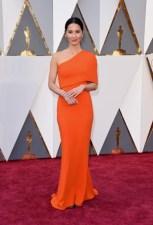 Olivia Munn vestindo Stella McCartney e jóias por Forevermark Diamonds.
