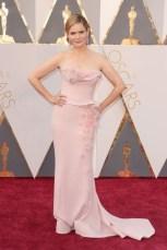 Jennifer Jason Leigh, vestido por Marchesa, jóias Piaget.