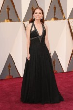 Julianne Moore, vestido e jóias por Chanel.