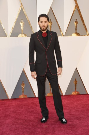 Jared Leto, terno por Gucci, relógio por Bulgari.