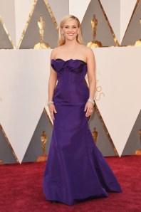 Reese Witherspoon, vestido por Oscar de la Renta, jóias por Tiffany & Co., sapatos por Jimmy Choo.