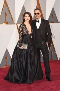 Tom Hardy e Charlotte Riley, terno por Gucci, relógio por Bulgari, vestido por Gauri & Nainika, jóias e bolsa por Bulgari.