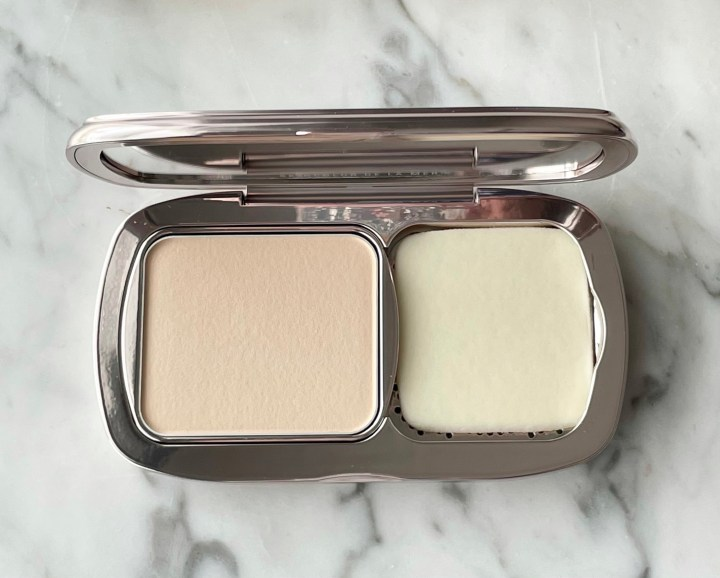 La Mer Soft Moisture Powder Foundation Review and Swatches