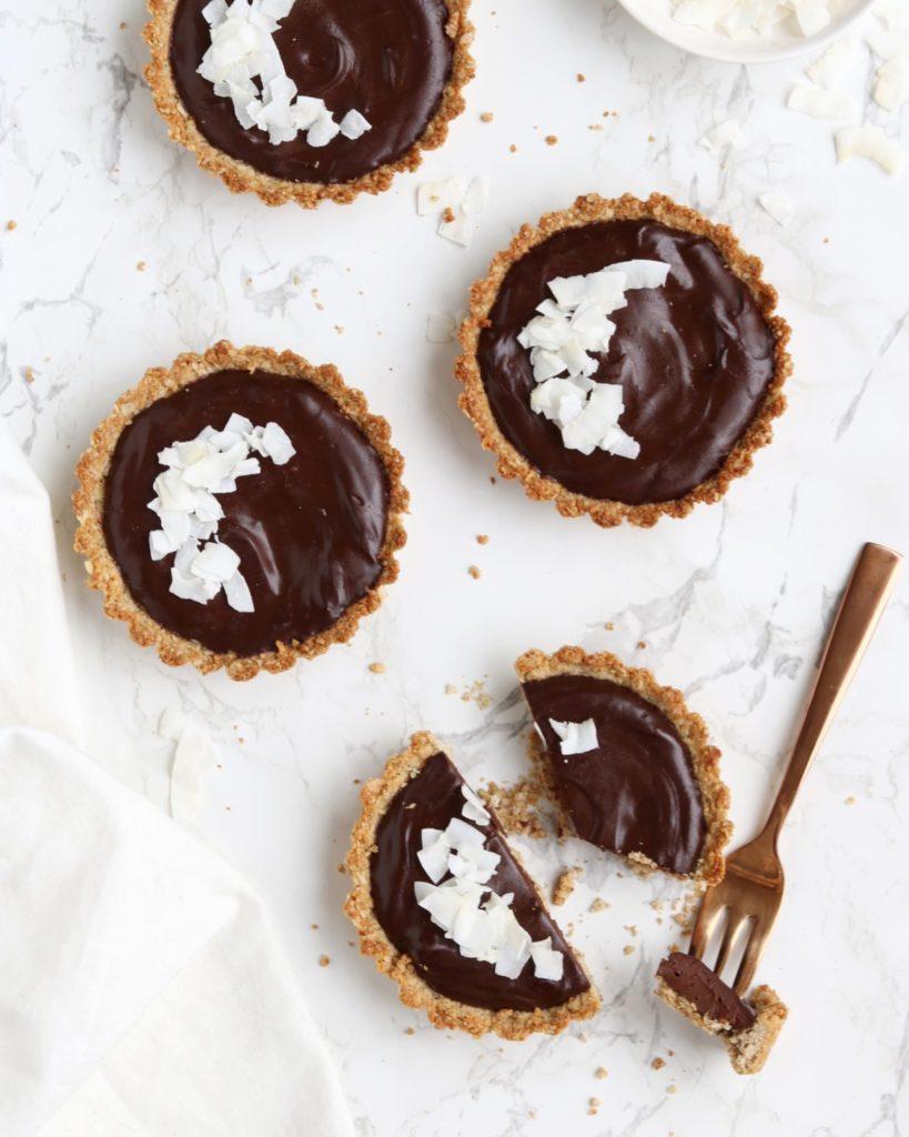 Deze kokos-chocolade taartjes zijn sooo good! Super creamy en super lekker! Je hebt maar 6 ingrediënten nodig en zijn ook nog eens heel easy om te maken!
