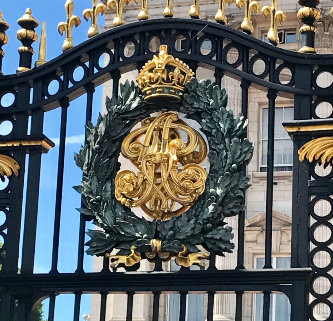 Buckingham palace emblem