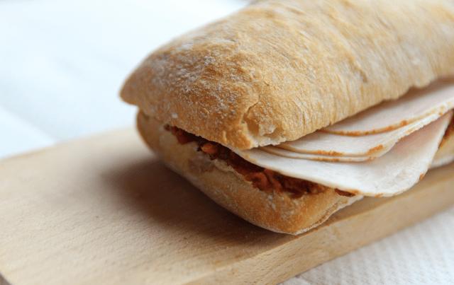 Broodje met tapenade & kipfilet