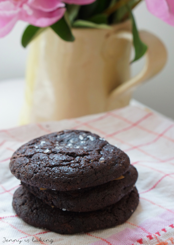 salty dark chocolate cookie with caramel