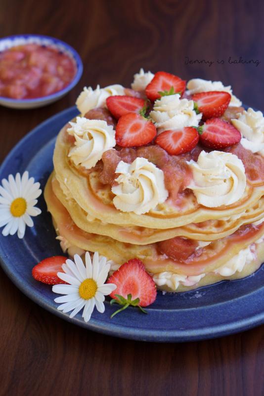 Waffeltörtchen mit Rhabarberkompott und frischen Erdbeeren