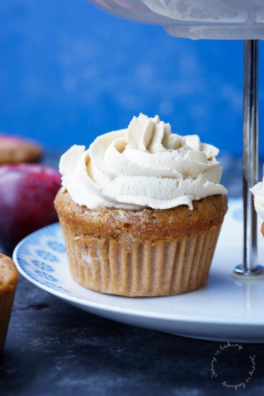 Pflaumen-Zimt-Cupcakes mit Ahornsirup-Sahnehaube