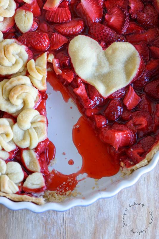 Erdbeer-Pie mit süßen Röschen