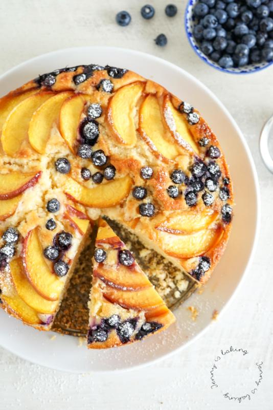Sommerlicher Pfirsich-Heidelbeer-Rührkuchen