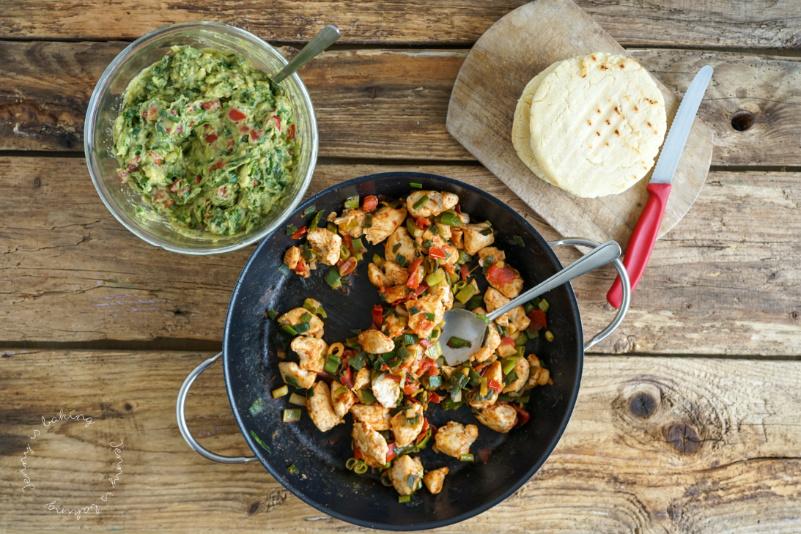 Arepas mit Hähnchen- und Guacamolefüllung