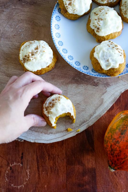 Rezept für Kürbis-Cookies mit Frischkäse-Topping