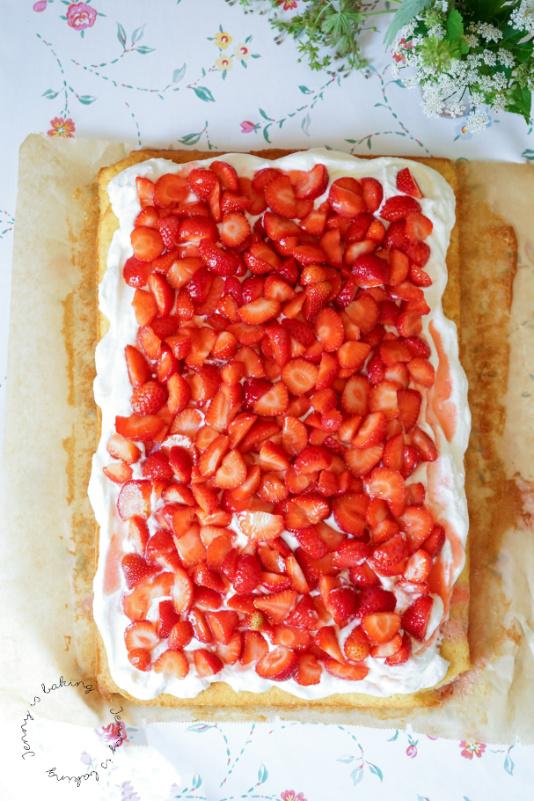 Einfacher Blechkuchen mit Erdbeeren und Sahne