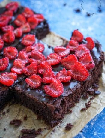 Die besten veganen Brownies mit Sauerteig und Himbeeren