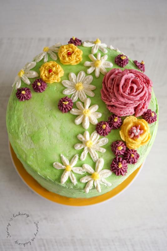 Torte mit Blumen aus Buttercreme