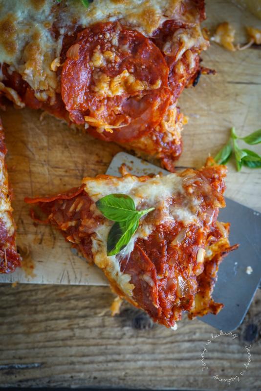 Pfannen-Pizza mit Mozzarella und Chorizo