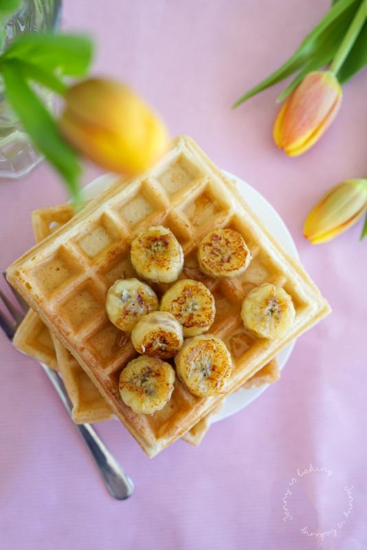 Die besten belgischen Waffeln mit karamellisierten Bananen