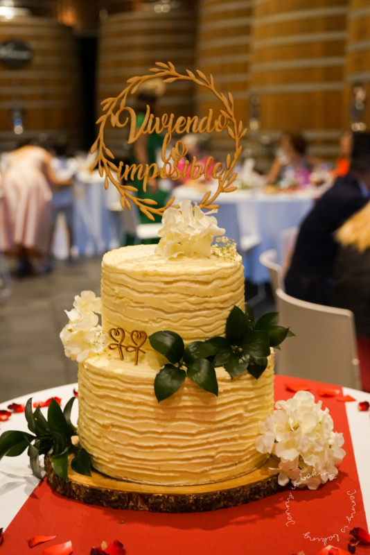 Weiße zweistöckige Hochzeitstorte