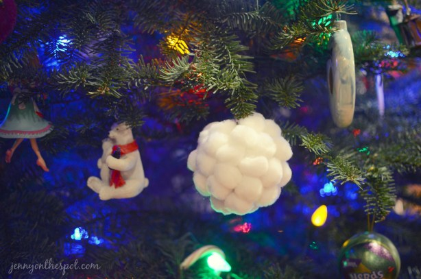 How to make fuzzy ball ornaments via @jennyonthespot