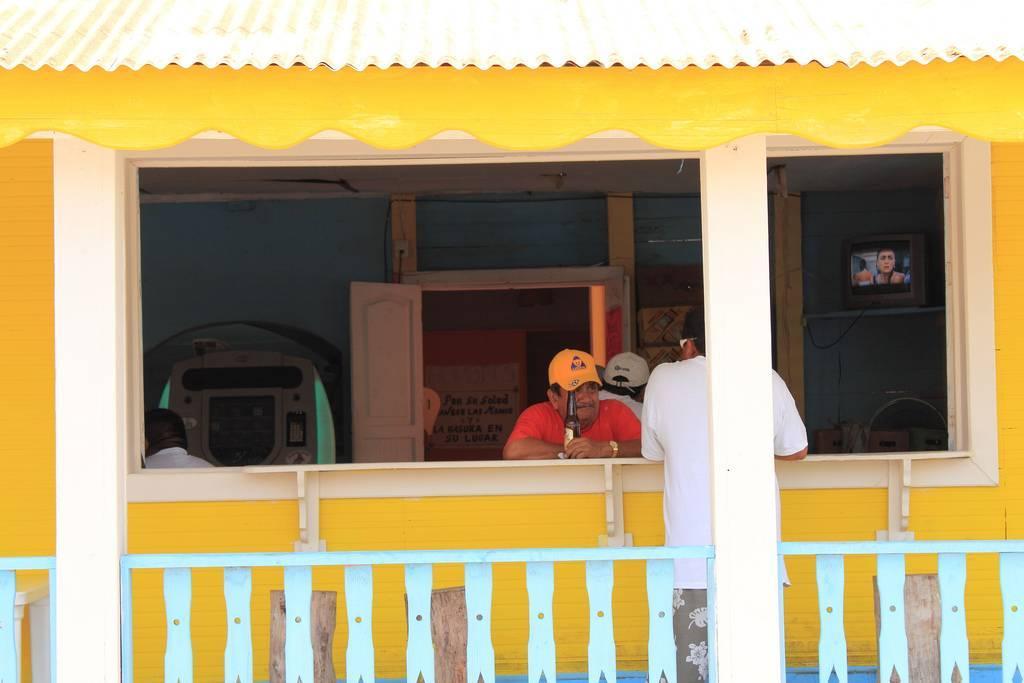 Isla Mujeres yellow building