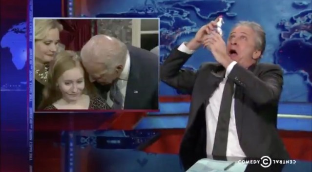 看拜登当众摸女孩 美主播用消毒液洗眼 Jon Stewart and Samantha Bee have a fun frolic about #JoeBiden the #OldGroper