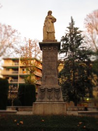 Statue in the City Center on the way to the CLM