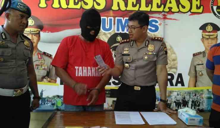 Kapolres Jepara AKBP Yudianto Adhi Nugroho mengintrogasi tersangka pengedar pil dextro