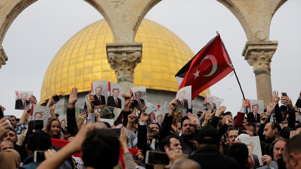 Protesters on the Temple Mount hold Turkish flags