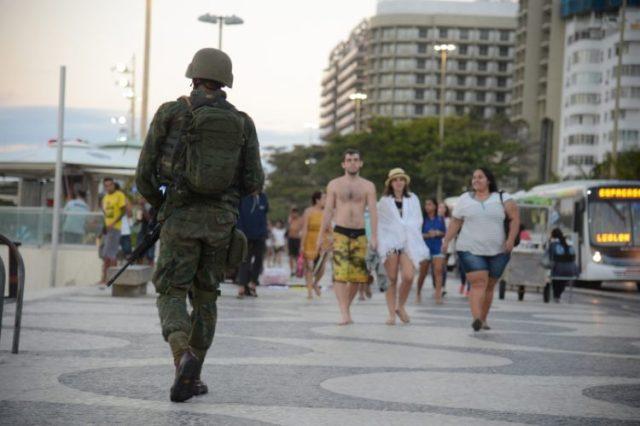 Forças armadas já estão operando nas ruas e avenidas do Rio Rio de Janeiro - Forças Armadas atuam na segurança pública na praia de Copacabana, zona sul da capital fluminense (Tomaz Silva/Agência Brasil)