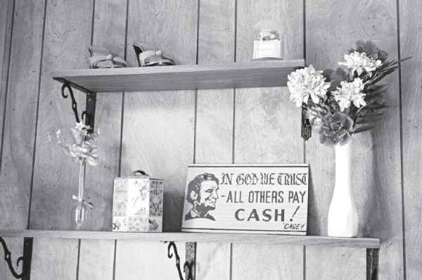 Picture of cash sign in Oasis Rooms