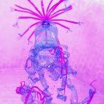 Paars verlichte kunstig versmolten petfles In roze en blauw plastic onder een wit gewelfd bakstenen plafond. De onderzijde van de petfles is uitgerafeld in grillige plastic slierten. Aan de bovenkant van de deels gesmolten fles zitten roze gebogen sprieten met een soort van blauwe strikjes aan de uiteinden.