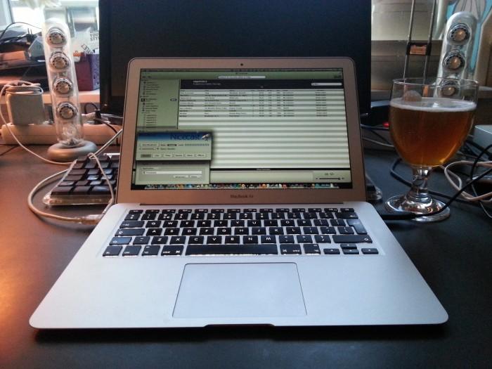 De streaming radiosetting: Macbook met Nicecast en Tomahawk. Meer heb je niet nodog om radio te maken.