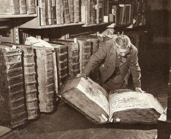 Reusachtige historische boeken (of zijn het partituren?)