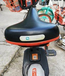 Vélo en libre-service muni d'une étiquette comportant un code QR