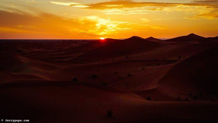 Lever du soleil derrière les dunes du désert