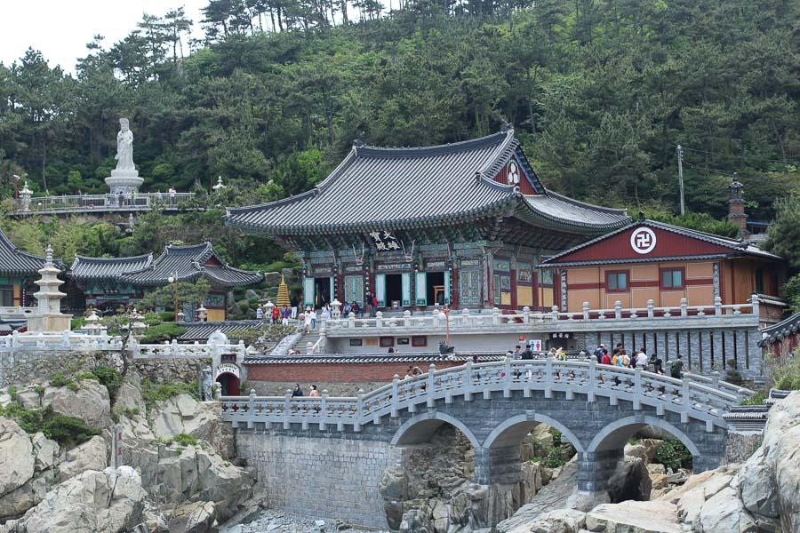 Foto de los exteriores del templo Haedong Yonggungsa y su puente en Busan durante la primavera.